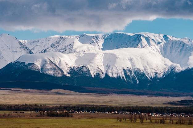 Incroyable paysage de la steppe avec des lacs et des arbres