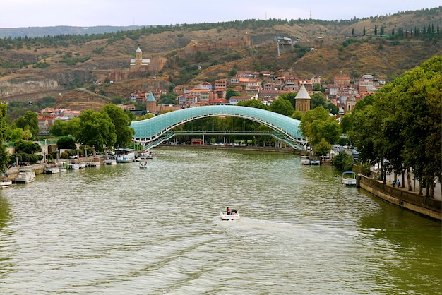 Incroyable paysage urbain du vieux tbilissi avec le pont de la paix, les monuments emblématiques de la géorgie