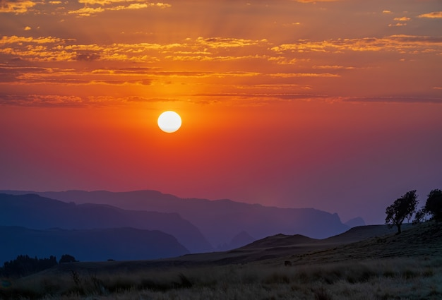 Incroyable photo du parc national des montagnes similan lors d'un coucher de soleil en éthiopie