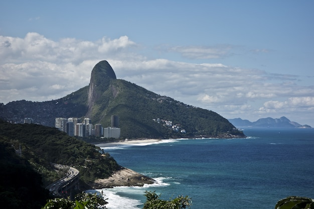 Incroyable photo de la plage de rio de janeiro sur une montagne majestueuse