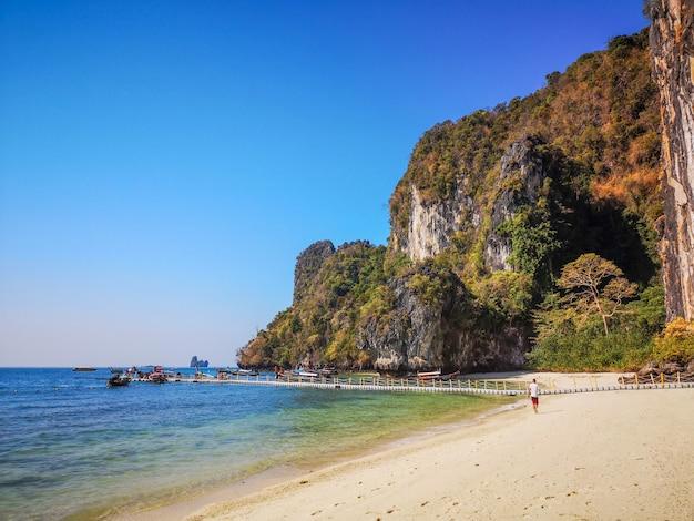Incroyable plage avec de hauts rochers