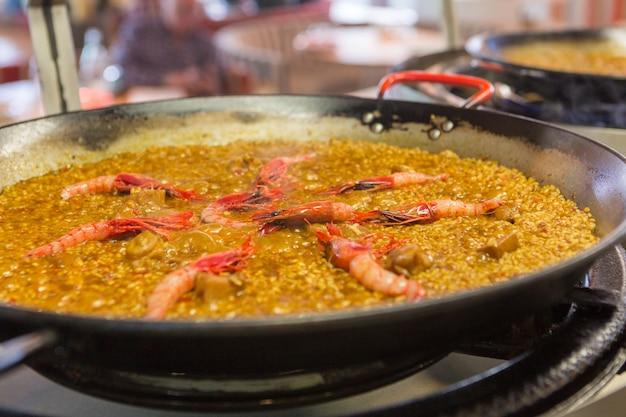 Incroyable poêle à paella cuisson sur le feu