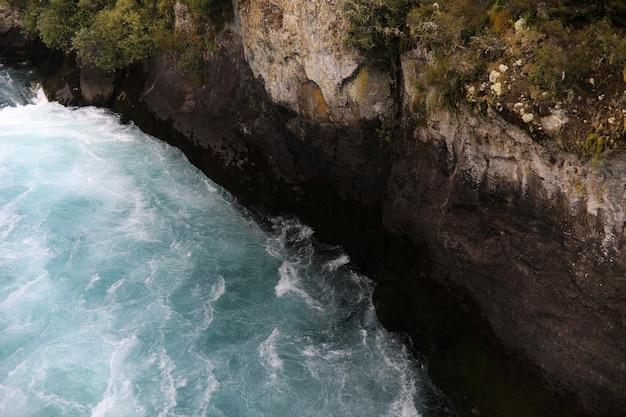 Incroyable prise de vue en grand angle d'une rivière qui fait rage