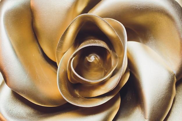Incroyable rose d'or isolée. la rose d'or est un ornement en or que les papes de l'église catholique bénissent traditionnellement chaque année.