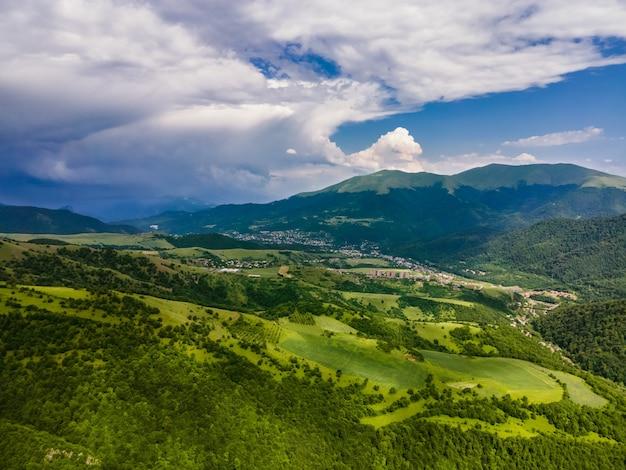 Incroyable vue aérienne du paysage de dilidjan en arménie