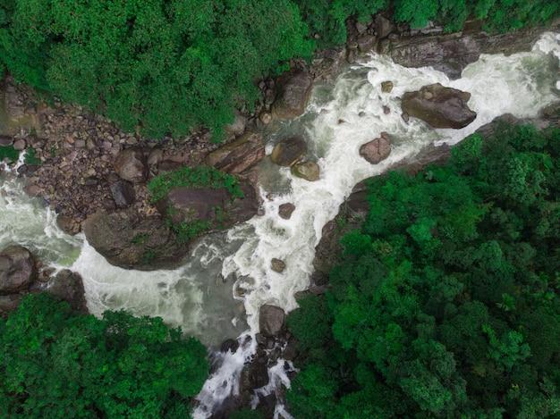 Incroyable vue aérienne d'une rivière entourée d'une nature magnifique