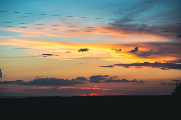 Incroyablement beau coucher de soleil avec un ciel bleu jaunebeau ciel au coucher du soleil summersea