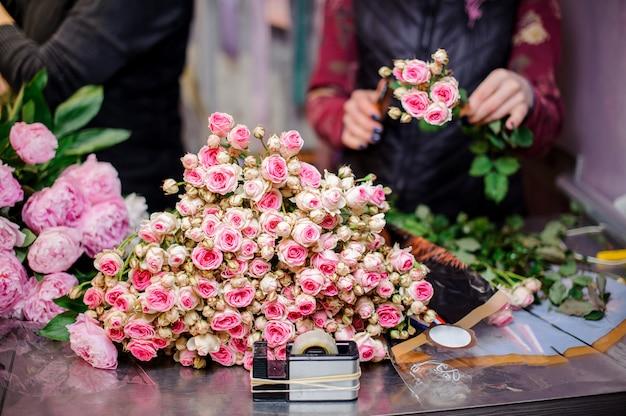 Incroyablement belles petites roses de couleur rose et champagne