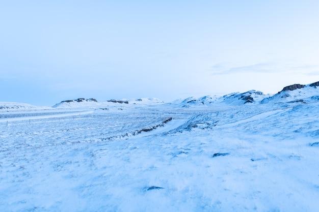 Les incroyables paysages de champs et de plaines d'islande en hiver.