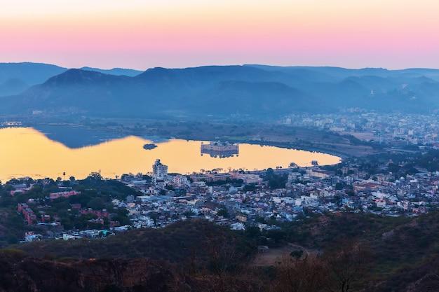 L'inde, le lever du soleil sur le lac man sagar, jaipur.