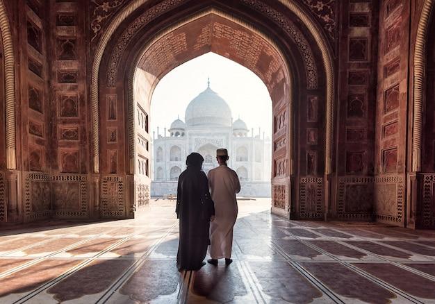 Inde. palais indien du taj mahal. architecture islamique. porte à la mosquée