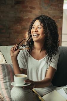 Indépendante d'une femme afro-américaine pendant le travail au bureau à domicile