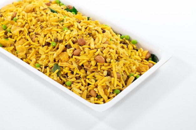 Indian crunchy and salty food rajasthani mixure, célèbre nourriture de l'état du rajasthan en inde, isoler sur une surface blanche