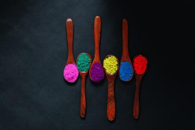 Indian festival holi, couleurs en cuillère en bois
