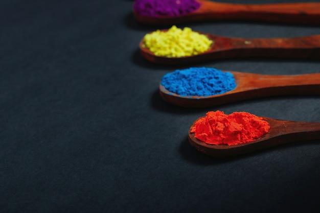 Indian festival holi, couleurs en cuillère