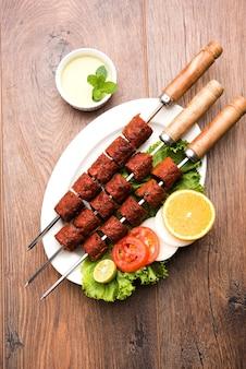 Indian mutton seekh kabab servi avec salade verte, mise au point sélective