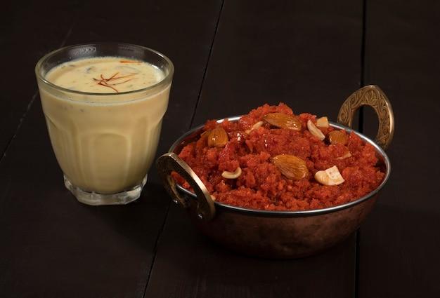 Indian sweet food carotte halwa ou gajar ka halwa avec du lait