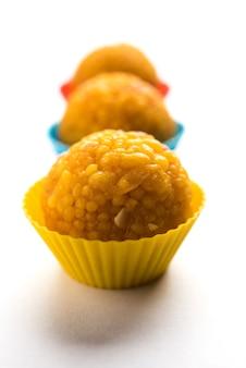 Indian sweet motichoor laddoo aussi connu sous le nom de bundi laddu ou motichur laddoo, servi dans de petites tasses colorées. mise au point sélective