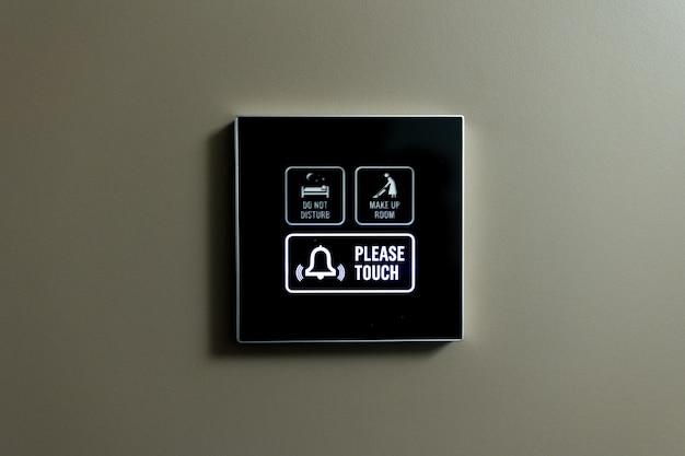 Indicateur externe d'une chambre d'hôtel ne pas deranger, make up room l'indicateur s'allume en vert à la position make up room. photo de haute qualité