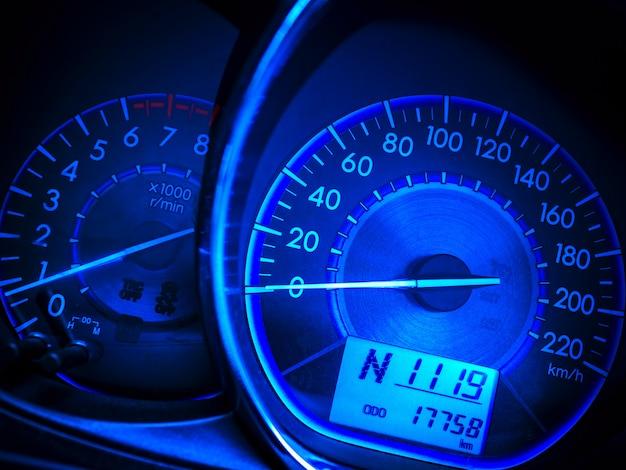 Indicateur de vitesse de voiture abstraite dans ton bleu