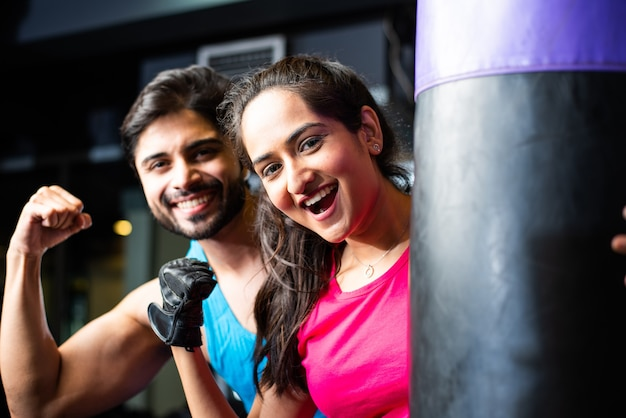Indien asiatique jeune couple boxe dans la salle de gym