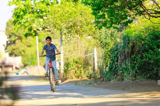 Indien / asiatique petit garçon aime faire du vélo