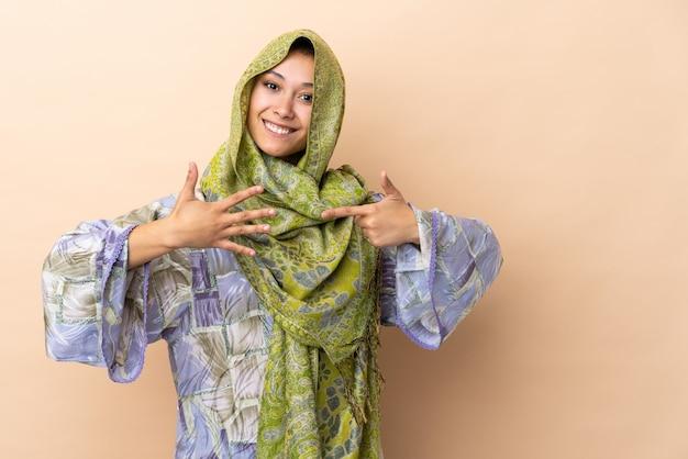 Indien, femme, beige, mur, compter, sept, doigts