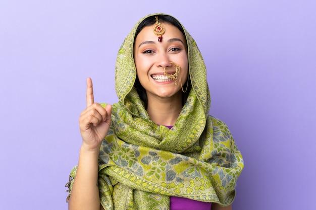 Indien, femme, isolé, pourpre, projection, levage, doigt, signe, meilleur