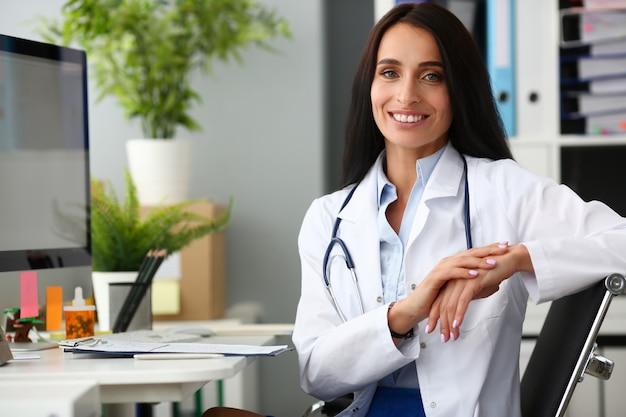 Indien, femme médecin, portrait, aganist, hôpital
