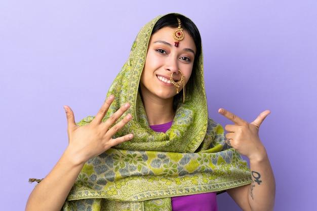 Indien, femme, pourpre, mur, compter, sept, doigts