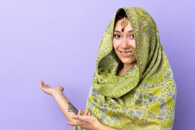 Indien, femme, pourpre, mur, étendre, mains, côté