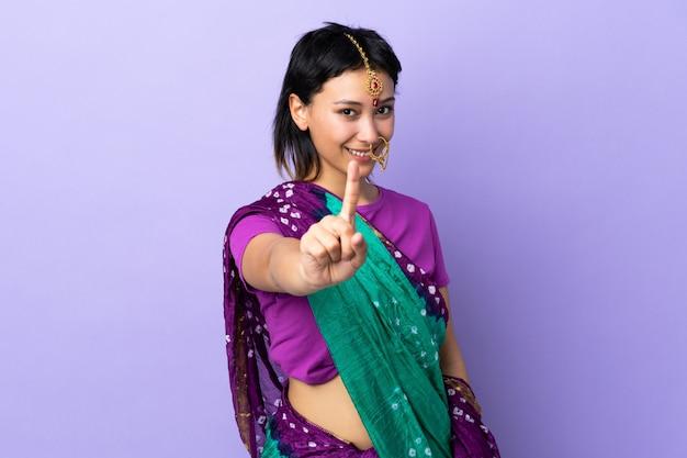 Indien, femme, pourpre, mur, projection, levage, doigt