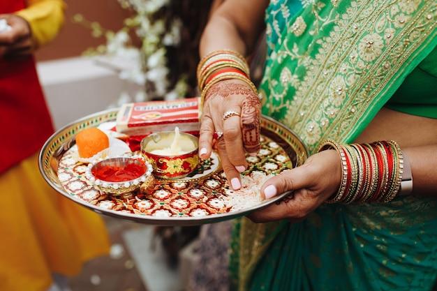 Indien, femme, tenue, plateau