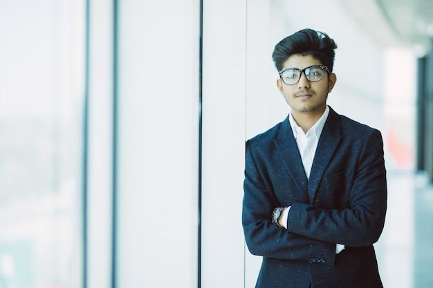 Indien, jeune, homme affaires, debout, moderne, bureau