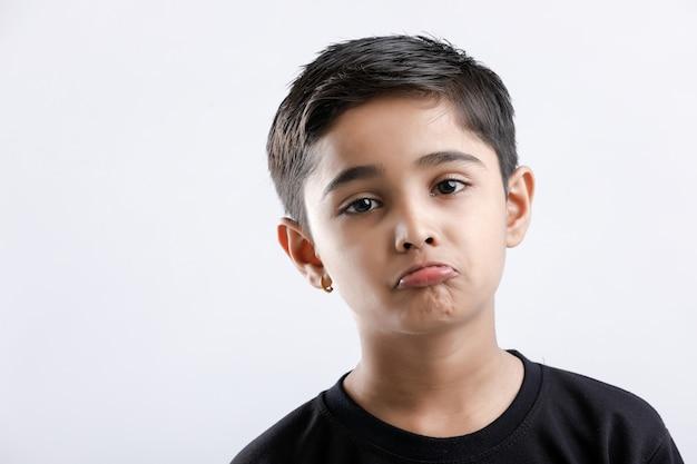 Indien mignon petit garçon donnant plusieurs expressions