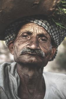 Indien senior indien à la recherche de grincheux.