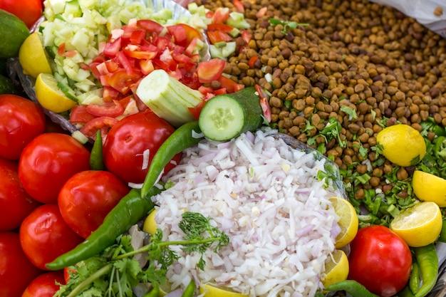 Indien traditionnel fait maison de germes masala mélange salade
