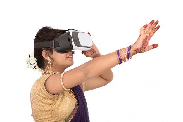 Indien, traditionnel, jeune femme, dans, saree, regarder, quoique, dispositif vr