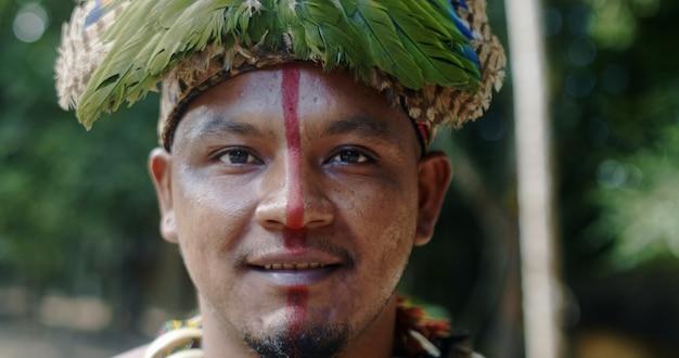 Indien de la tribu pataxã³, avec coiffe de plumes. jour de l'indien. indien du brésil.