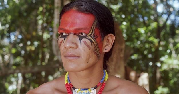 Indien de la tribu pataxo souriant indien brésilien du sud de bahia