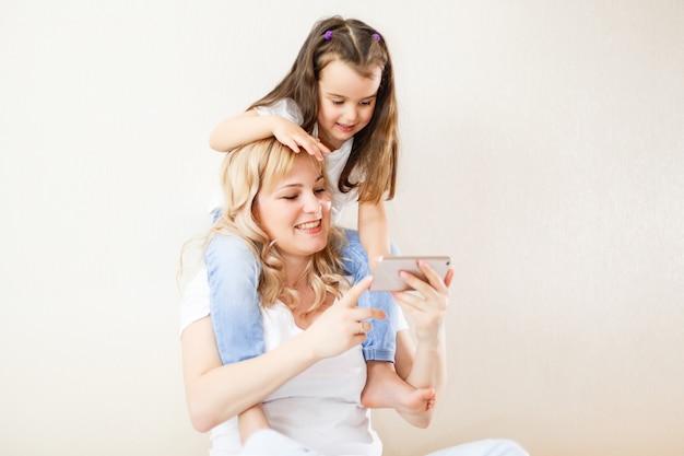 Indienne mère et enfant jouant à un jeu sur le smartphone