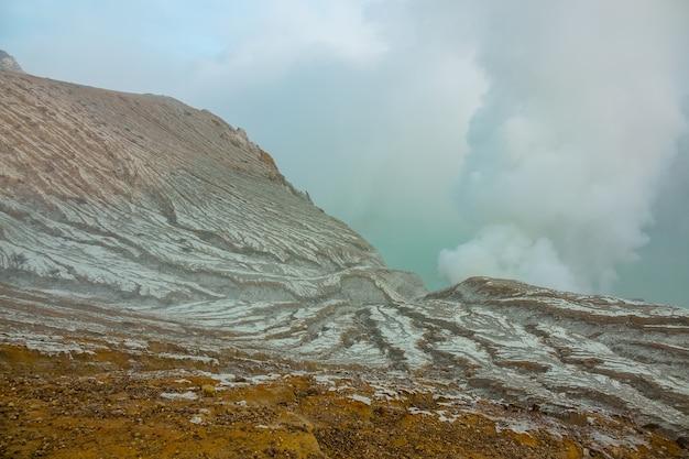 Indonésie. île de bali. dépôts de soufre sur la pente du volcan et fumées toxiques