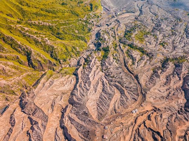 Indonésie. île de java. le chemin vers la caldeira du volcan actif bromo.