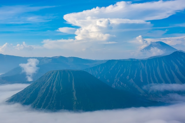 Indonésie. île de java. matin dans le parc national de bromo tengger semeru. brouillard dense dans la vallée et beaux nuages