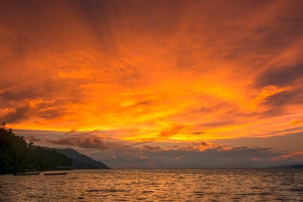 Indonésie. île tropicale dans l'océan. ciel de couleur incroyable après le coucher du soleil