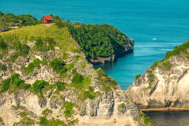 Indonésie. îles dans l'océan. cabane solitaire au sommet de la montagne
