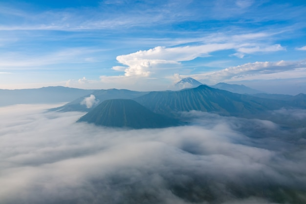 Indonésie. matin dans le parc national de bromo tengger semeru. brouillard dense dans la vallée