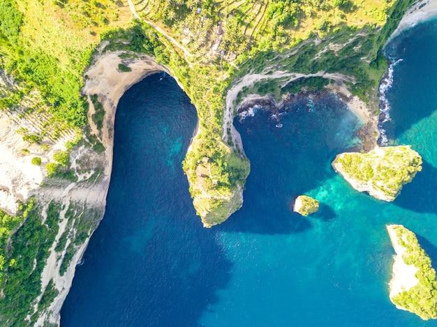 Indonésie. temps ensoleillé et côte rocheuse de l'île tropicale.
