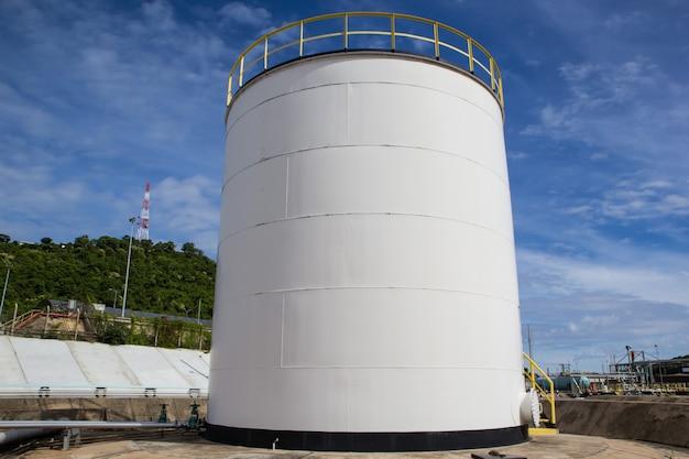 Industrie chimique avec fond de réservoir de stockage de carburant bleu ciel