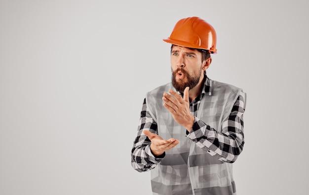 L'industrie du studio professionnel de plans de casque orange de constructeur masculin